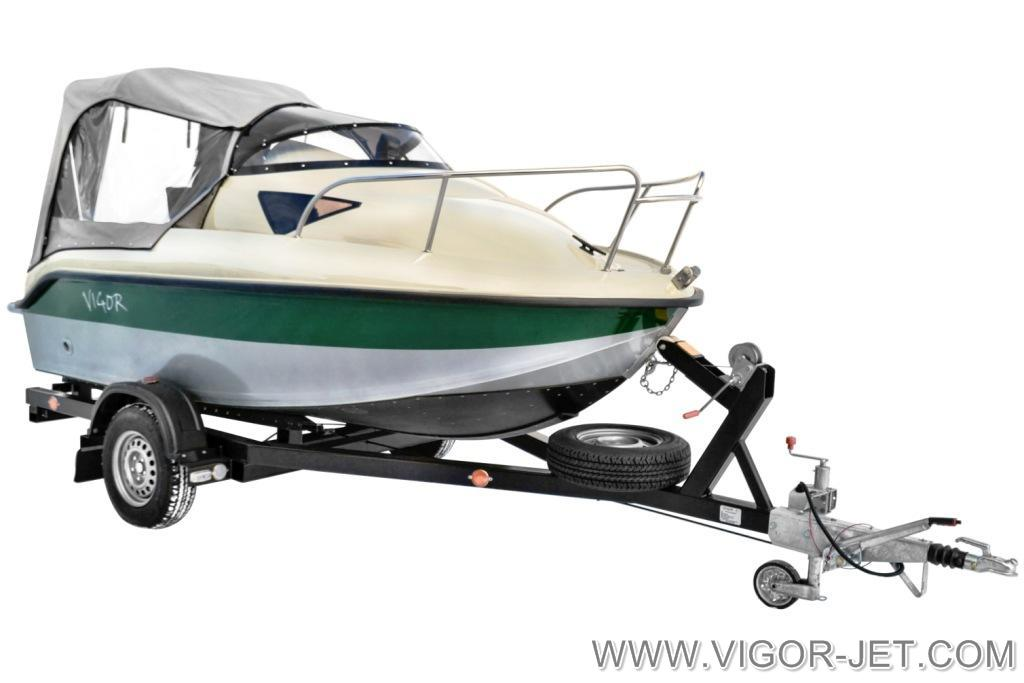 Катер VIGOR 480 (S) Walk Around ЭКСТРИМ в цветовом исполнении: серый (палуба) - зеленый (полоса по борту, подушки сидений и диванов)